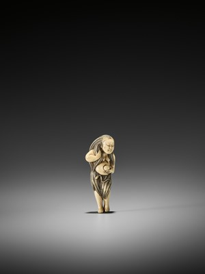 Lot 28 - AN EXQUISITE IVORY NETSUKE OF A DIVING GIRL (AMA)