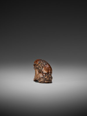 Lot 35-A WOOD NETSUKE OF A SHISHI ATTRIBUTED TO CHIKUYOSAI TOMOCHIKA I