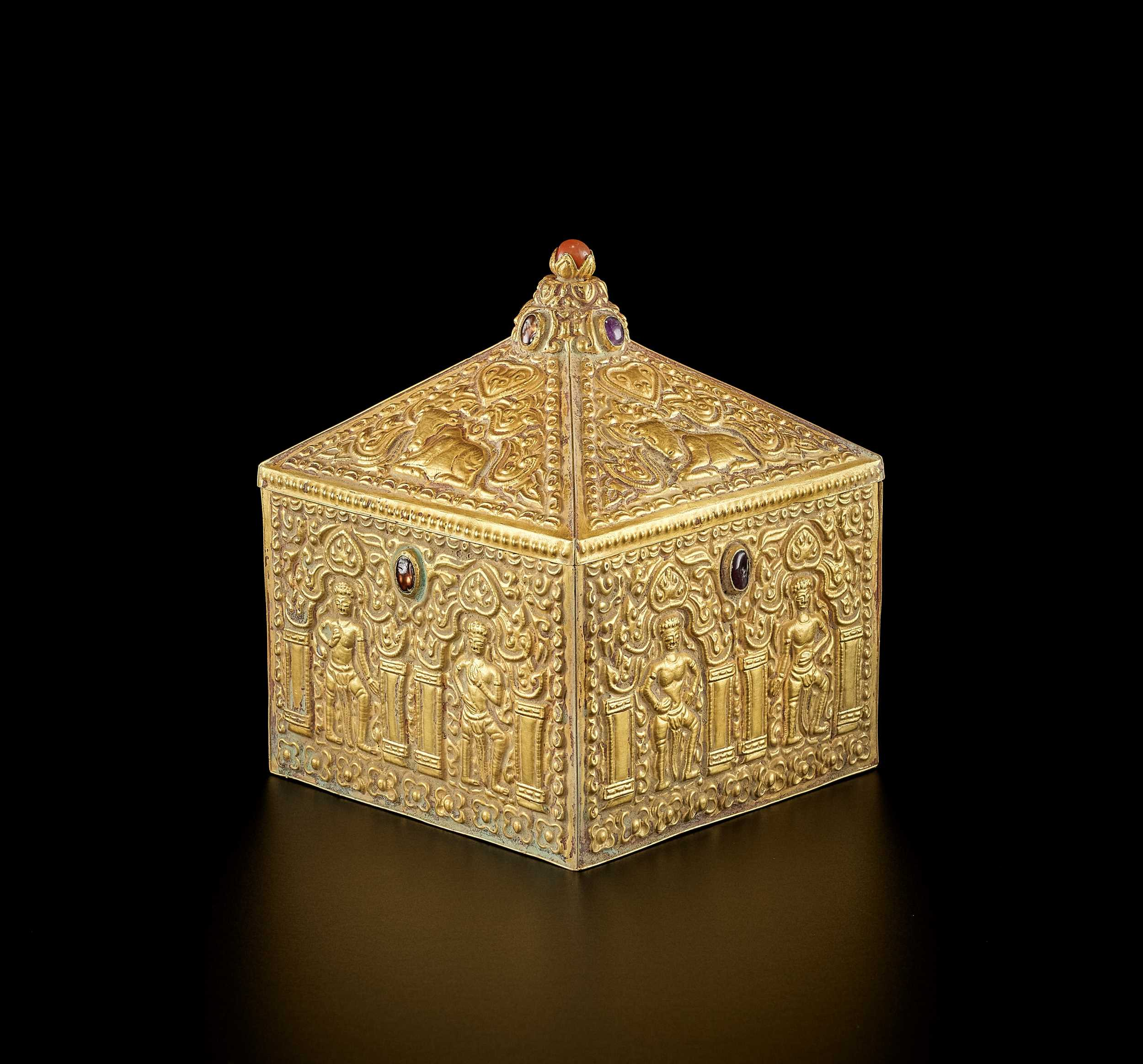 Lot 25-A FINE AND EXTREMELY RARE GEMSTONE-SET CHAM GOLD REPOUSSÉ BOX AND COVER