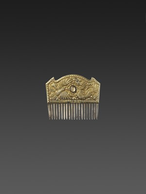 Lot 49-A VIETNAMESE ROCK CRYSTAL-SET GOLD REPOUSSÉ AND SILVER HAIR COMB WITH DRAGON AND PHOENIX