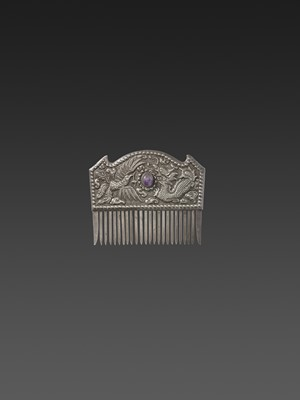 A VIETNAMESE AMETHYST-SET SILVER REPOUSSÉ COMB WITH PHOENIX AND DRAGON