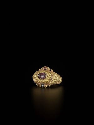 Lot 66-A CHAM GEMSTONE-SET GOLD REPOUSSÉ RING WITH TIGER HEADS
