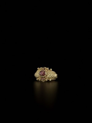Lot 71-A CHAM AMETHYST AND CRYSTAL-SET GOLD REPOUSSÉ RING WITH KALA MASKS