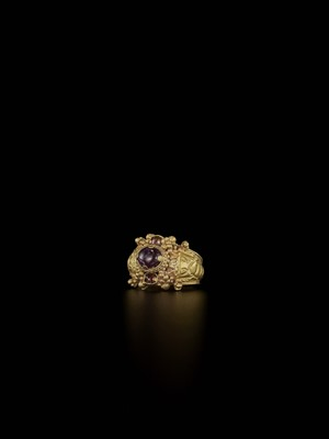 Lot 72-A CHAM AMETHYST AND CRYSTAL-SET GOLD REPOUSSÉ RING WITH ELEPHANT HEADS