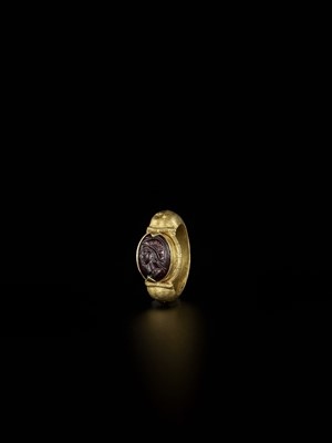 Lot 85-A BURMESE GOLD RING WITH A DARK RED AGATE INTAGLIO