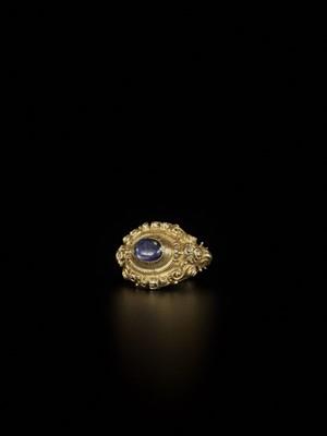Lot 88-AN INDONESIAN SAPPHIRE-SET GOLD REPOUSSÉ RING