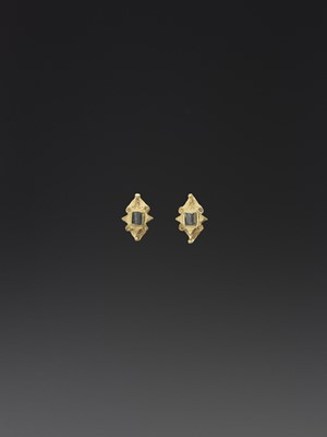 Lot 91-A PAIR OF CHAM GOLD EARRINGS WITH EMERALDS