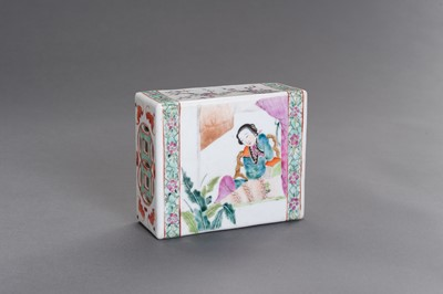 Lot 378 - A FAMILLE ROSE ENAMELED PORCELAIN 'COURT LADY' SCENT BOX, QING DYNASTY