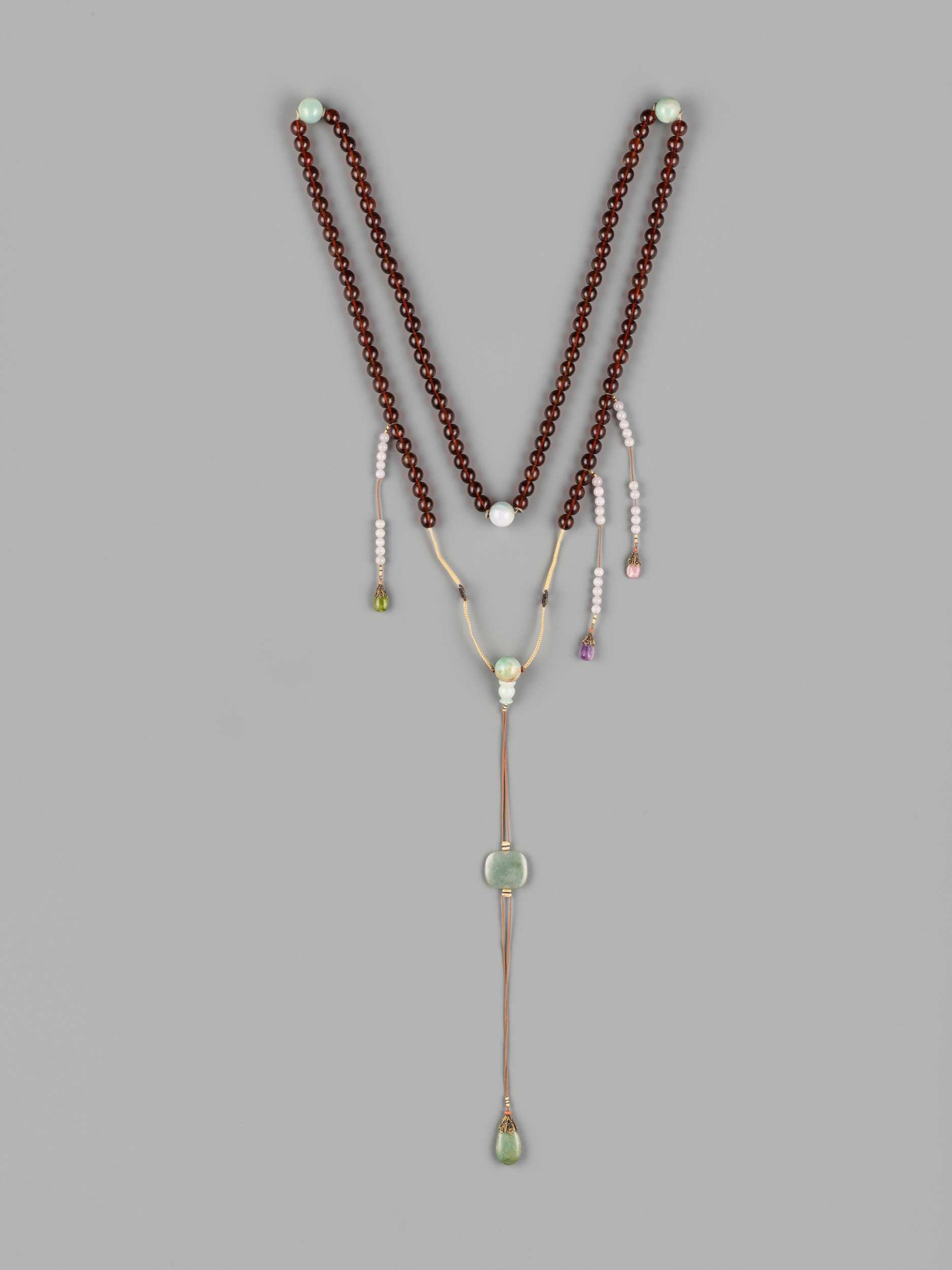 Lot 40 - AN AMBER AND JADEITE COURT NECKLACE (CHAO ZHU), QING DYNASTY