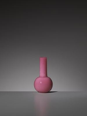 Lot 13 - A PINK GLASS BOTTLE VASE, WHEEL-CUT MARK AND PERIOD OF QIANLONG