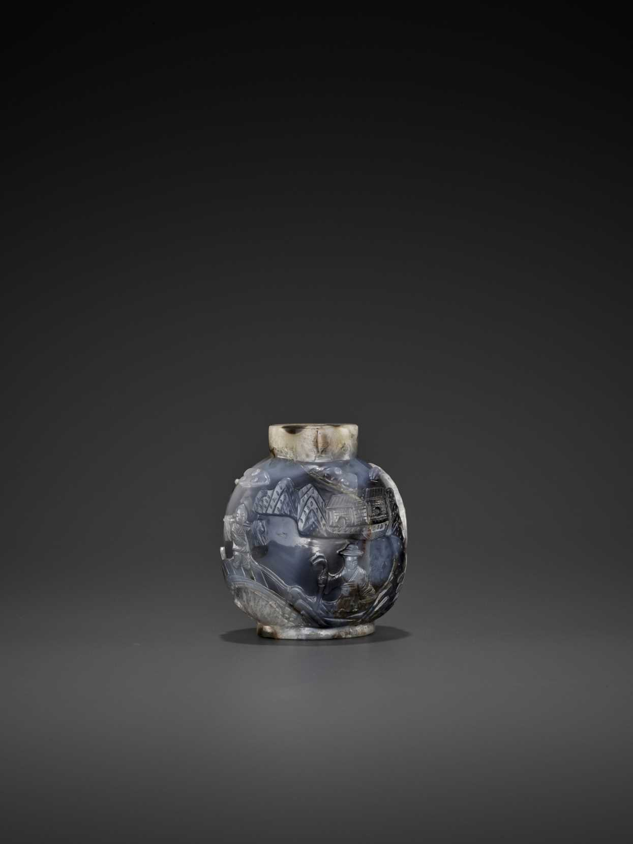 A MASSIVE SHADOW AGATE 'FISHING VILLAGE' SNUFF BOTTLE, LATE QING TO EARLY REPUBLIC