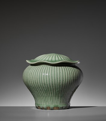 Lot 206 - A LONGQUAN CELADON 'HUNDRED RIB' JAR AND 'LOTUS' COVER, YUAN TO EARLY MING