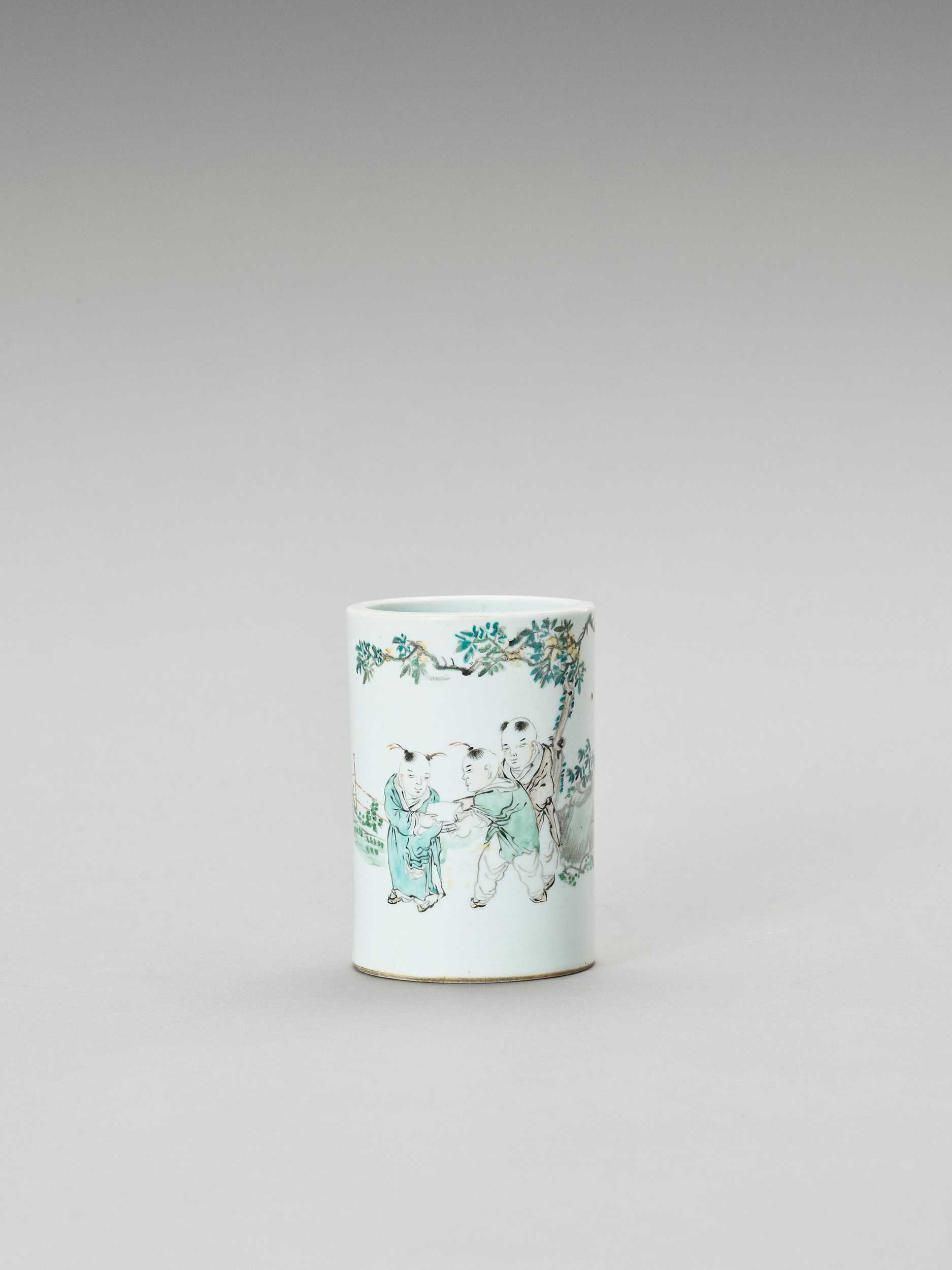 A FAMILLE VERTE PORCELAIN BRUSH POT, BITONG, LATE QING TO REPUBLIC