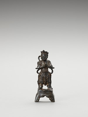 Lot 583 - A BRONZE FIGURE OF A GUARDIAN KING, MING
