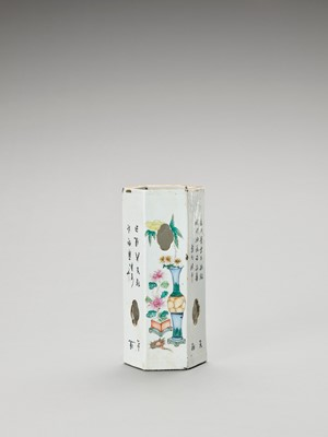 A FAMILLE VERTE PORCELAIN OCTAGONAL VASE, LATE QING TO REPUBLIC