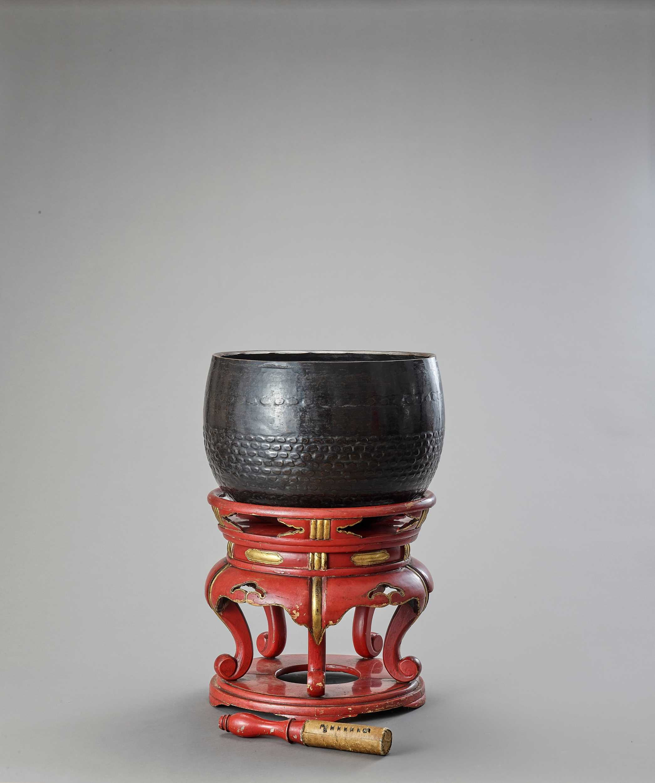 Lot 9 - A BUDDHIST BRONZE GONG ON A LACQUERED WOOD STAND