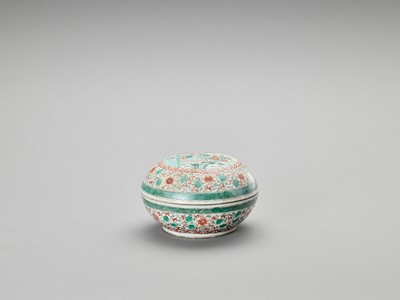 A GLOBULAR FAMILLE VERTE PORCELAIN BOX WITH COVER
