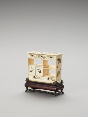 Lot 91 - A FINE MINIATURE SHIBAYAMA-INLAID IVORY DISPLAY CABINET WITH ORIGINAL STAND