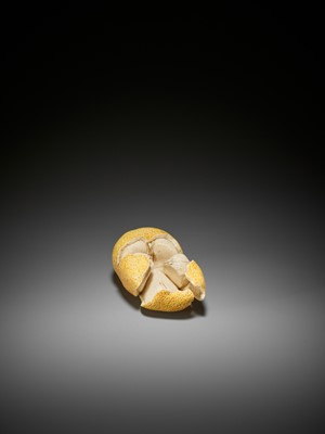 Lot 149 - A STAINED IVORY 'TROMPE-L'OEIL' OKIMONO OF A TANGERINE