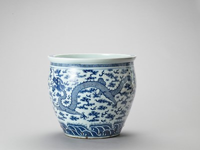 A LARGE BLUE AND WHITE PORCELAIN 'DRAGON' FISHBOWL
