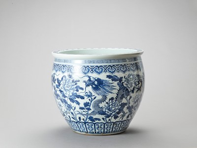 Lot 1139 - A LARGE BLUE AND WHITE PORCELAIN 'DRAGON' FISHBOWL