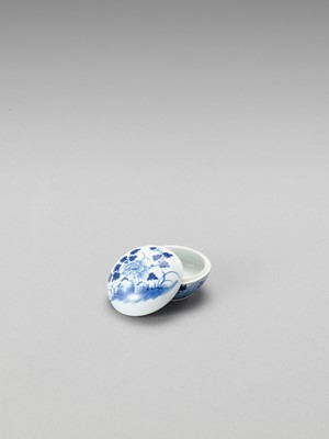 Lot 1096 - A SMALL BLUE AND WHITE PORCELAIN BOX AND COVER