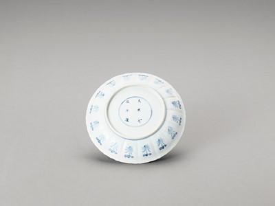 Lot 335 - A FINE BLUE AND WHITE PORCELAIN DISH