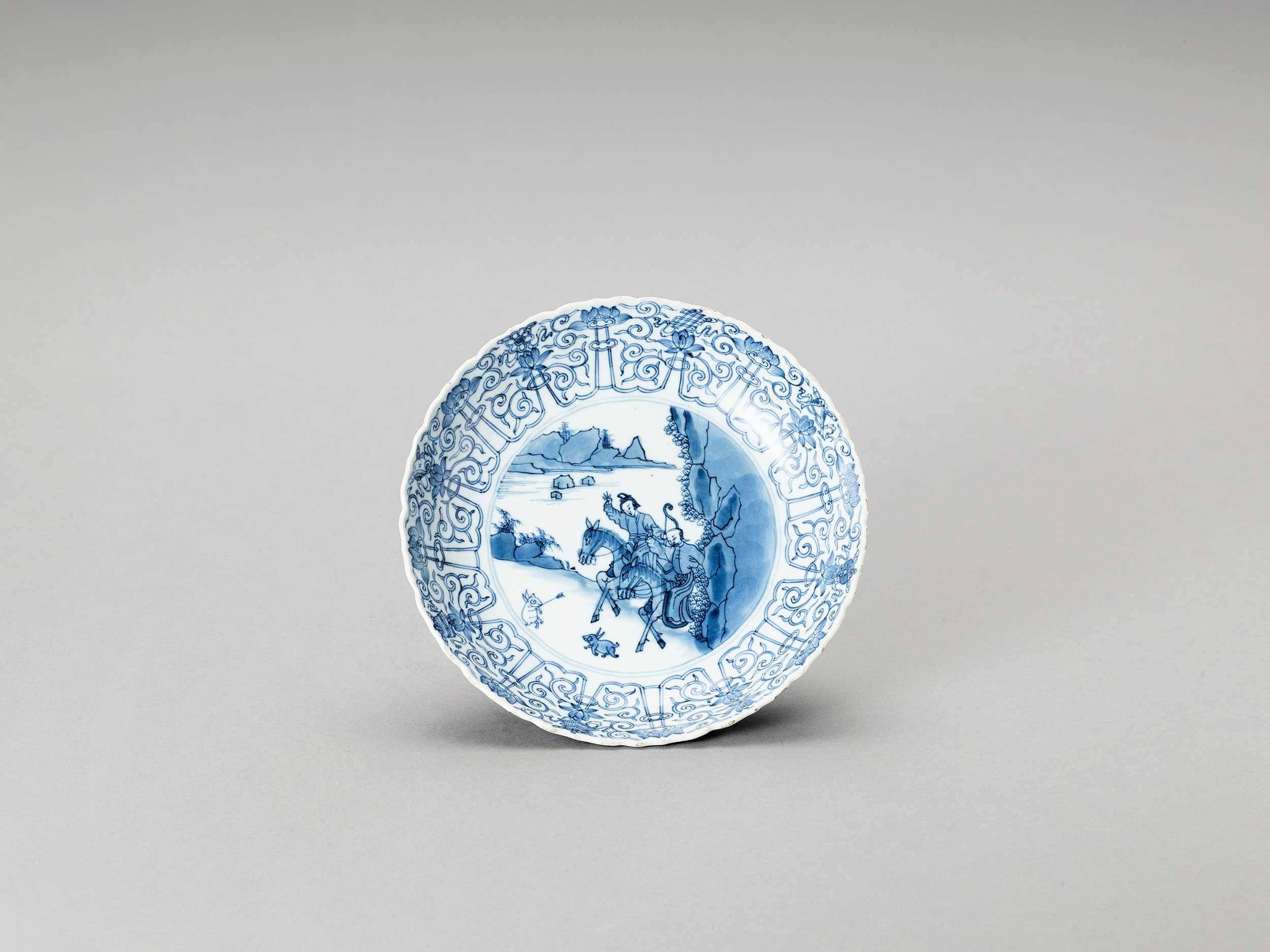 Lot 337 - A BLUE AND WHITE PORCELAIN DISH