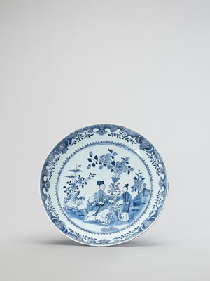 Lot 1091 - A LARGE BLUE AND WHITE PORCELAIN CHARGER