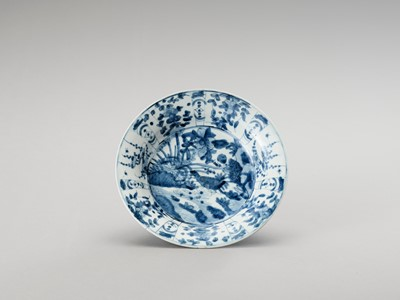 Lot 1089 - A DEEP 'SWATOW' BLUE AND WHITE PORCELAIN PLATE