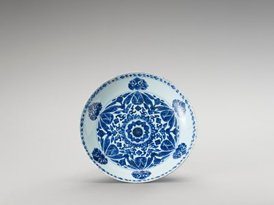 Lot 1112 - A LARGE BLUE AND WHITE PORCELAIN CHARGER