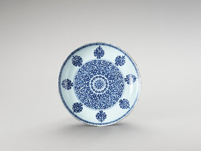 Lot 1118 - A BLUE AND WHITE PORCELAIN CHARGER