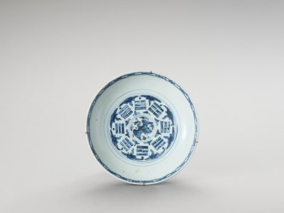 Lot 1088 - A DEEP 'SWATOW' BLUE AND WHITE PORCELAIN PLATE
