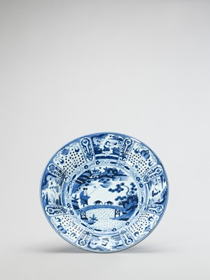 A LARGE BLUE AND WHITE PORCELAIN CHARGER
