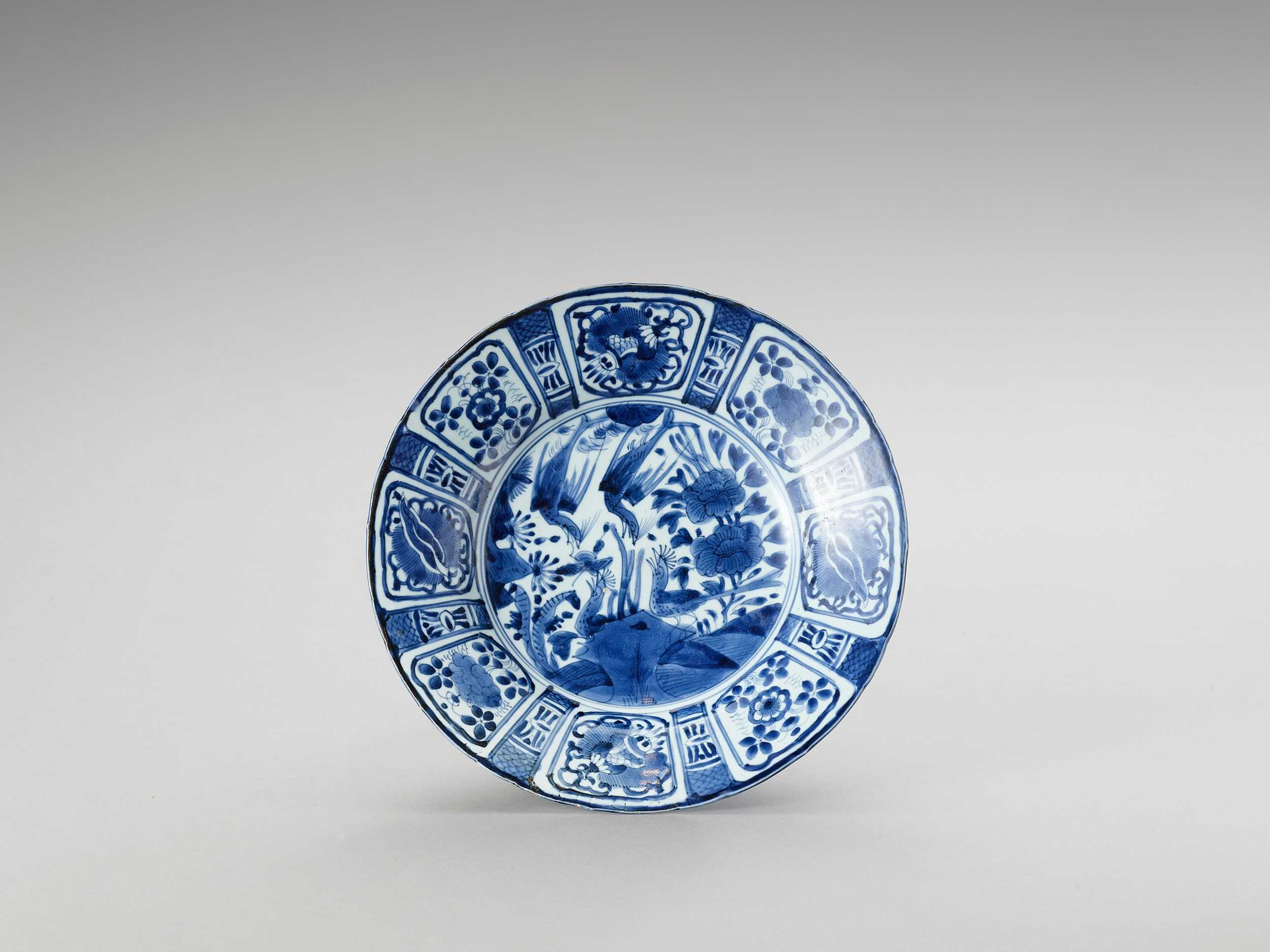 A BLUE AND WHITE PORCELAIN DISH