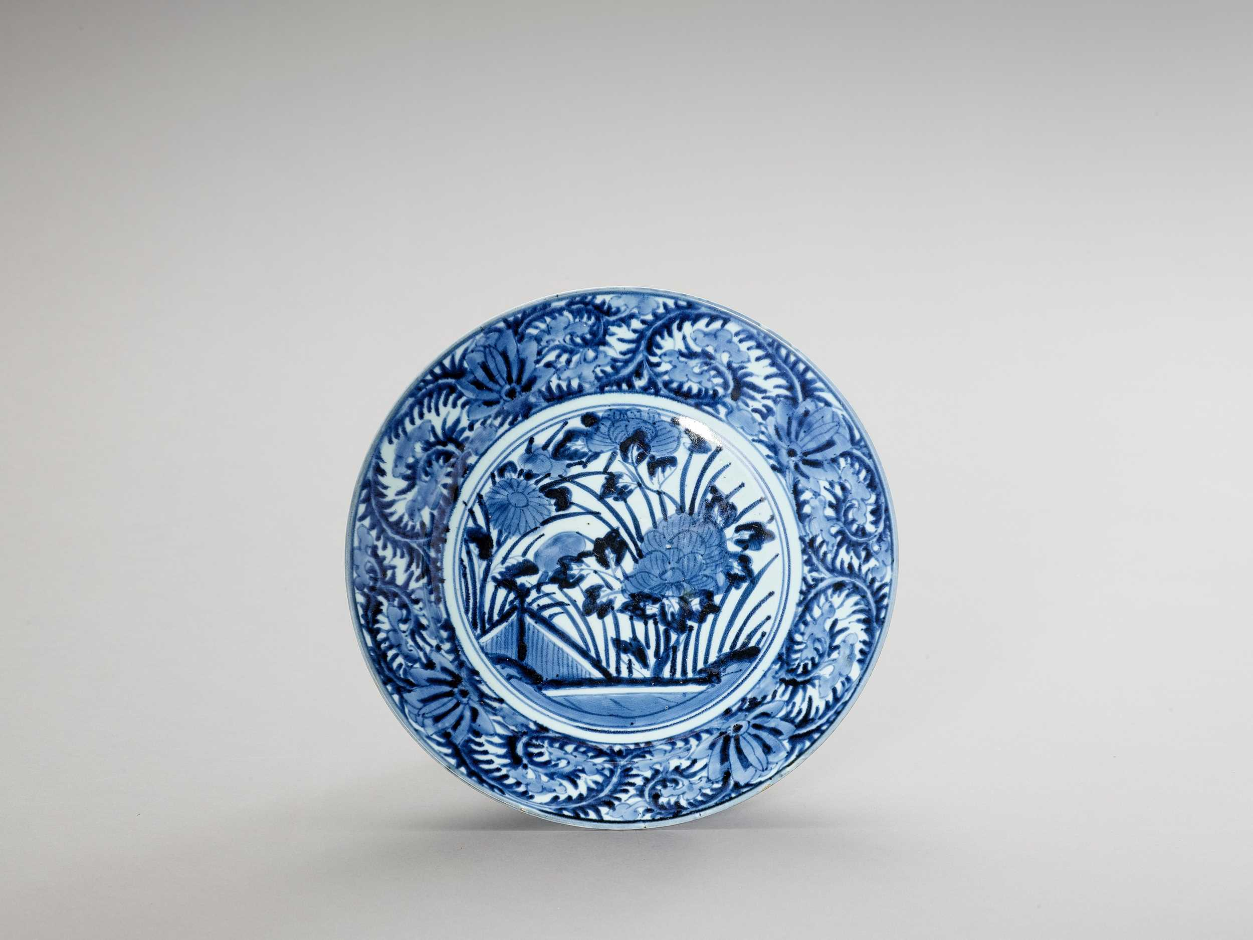 Lot 1020 - A BLUE AND WHITE 'FLORAL' PORCELAIN CHARGER