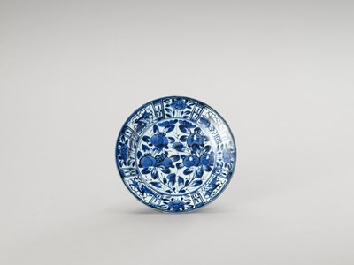 Lot 1026 - A BLUE AND WHITE 'FLORAL' PORCELAIN DISH