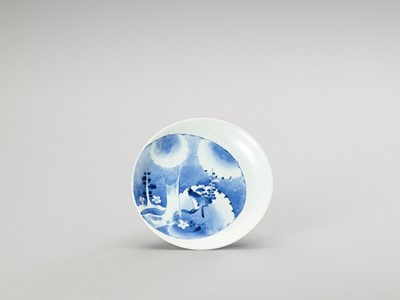 Lot 1018 - A BLUE AND WHITE PORCELAIN DISH