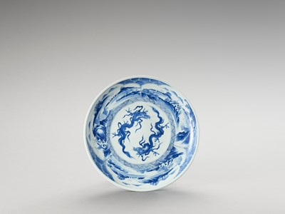 Lot 1016 - A BLUE AND WHITE PORCELAIN 'DRAGON' PLATE
