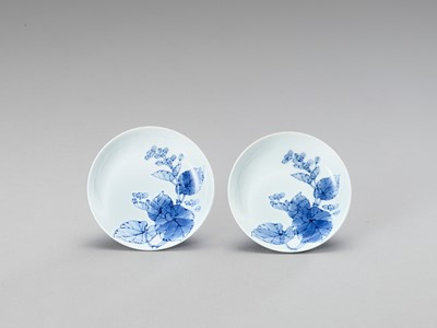 Lot 161 - A FINE PAIR OF CIRCULAR BLUE AND WHITE PORCELAIN DISHES