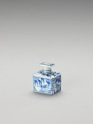Lot 173 - A BLUE AND WHITE FUKAGAWA PORCELAIN TEA CADDY AND COVER