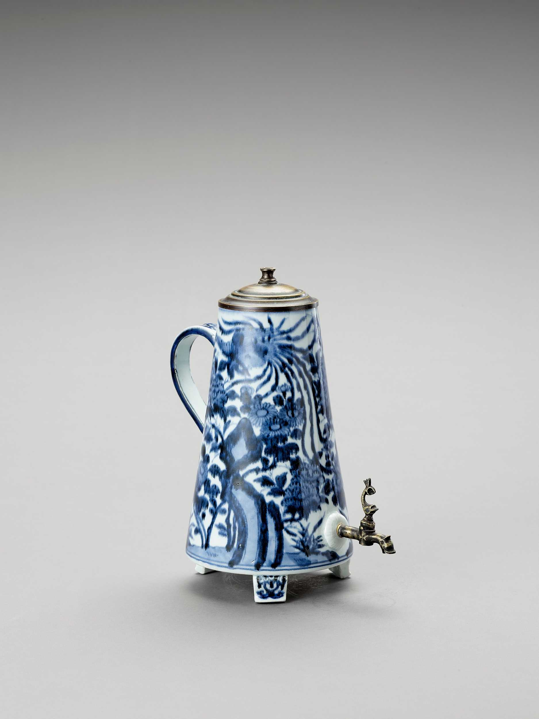 Lot 1031 - A BLUE AND WHITE PORCELAIN COFFEE POT AND COVER