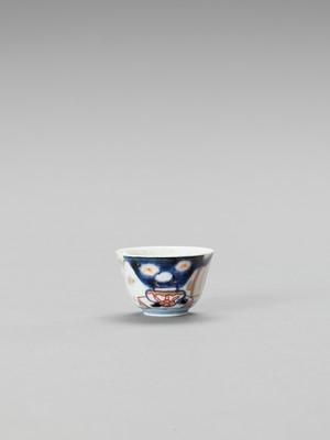 Lot 122 - A SMALL IMARI PORCELAIN CUP