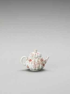 Lot 1072 - AN IMARI PORCELAIN TEAPOT AND COVER