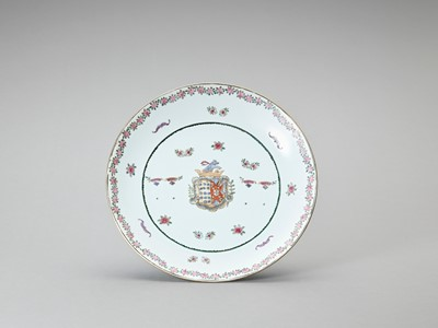 A LARGE CHINESE EXPORT PORCELAIN FAMILLE ROSE CHARGER