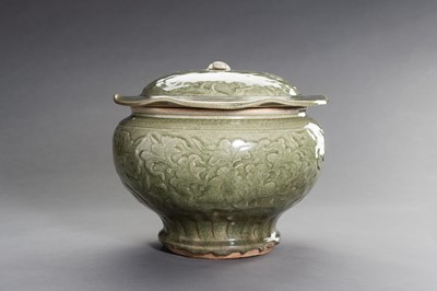 Lot 357 - A LARGE AND HEAVY LONGQUAN CELADON VESSEL AND COVER