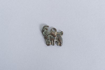 Lot 8 - AN ORDOS BRONZE ´SHEEP AND LAMB´ PLAQUE, WARRING STATES