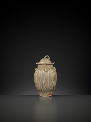 Lot 170 - A YUE 'LOTUS' JAR AND COVER, FIVE DYNASTIES