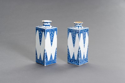 A PAIR OF RARE BLUE AND WHITE PORCELAIN GIN BOTTLES, KANGXI PERIOD