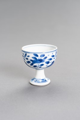 A BLUE AND WHITE PORCELAIN 'FLORAL' STEM CUP, KANGXI PERIOD